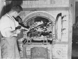 Após a liberação do campo de concentração de Dachau, vestígios humanos são encontrados no crematório.