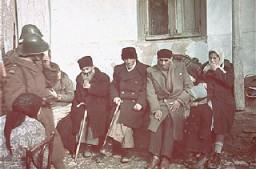 <p>Juifs du ghetto de Kichinev raflés pour être déportés en Transnistrie. Kichinev (aujourd'hui Chisinau), Bessarabie, Roumanie, 28 octobre 1941.</p>