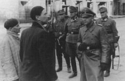 <p>SS and Police Leader Juergen Stroop interrogates two Jews arrested during the Warsaw ghetto uprising. Poland, April 19-May 16, 1943.</p>