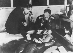 Victime des expériences médicales nazies plongée dans de l'eau glacée au camp de concentration de Dachau.
