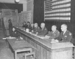 <p>Juges au procès de 19 hommes accusés d'avoir commis des atrocités au camp de concentration de Dora-Mittelbau, situé à proximité de Nordhausen. Dachau, Allemagne, 25 septembre 1947.</p>
