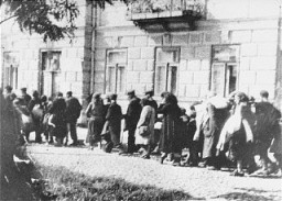 <p>Jews assembled in the Siedlce ghetto during a deportation  are forced to march toward the railway station. Siedlce, Poland, August 21–24, 1942.</p>