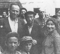 Judíos polacos que habían escapado de los alemanes huyendo a la Unión Soviética, a su regreso a Polonia después de la Segunda ...