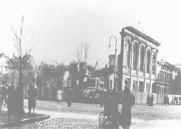 """<p>The last remaining wall of the Boerneplatz synagogue, destroyed during the <a href=""""/narrative/4063/en""""><em>Kristallnacht</em> </a>(""""Night of Broken Glass"""") pogrom. Onlookers watch during the dismantling and removal of remnants of the synagogue. Frankfurt am Main, Germany, January, 1939.</p>"""