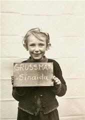 Девочка, которую фотографируют в детском центре Клостер-Индерсдорф, чтобы помочь оставшимся в живых родственникам отыскать ее.