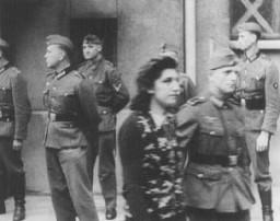 <p>사이몬 슐로스(Simone Schloss), 프랑스 레지스탕스의 유태인 회원, 파리에서 열린 독일 군사 법정에서 사형을 선고받은 후 교도관과 함께 가고 있다. 그녀는 1942년 7월 2일 처형되었다. 프랑스, 파리, 1942년 4월 14일.</p>