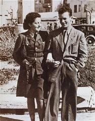 Еврейская парашютистка Ханна Сенеш со своим братом, перед отправлением в Европу для участия в спасательной операции.