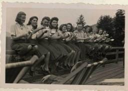 <p>نیروهای کمکی زنان اس اس با حالتی تمسخرآمیز ظرف های خالی میوه هایشان (قره قاط) را پس از خوردن نشان می دهند. 22 ژوئیه 1944.</p>