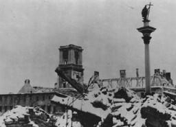 Almanya'nın Blitzkrieg saldırısından sonra, Sigismund Anıtı Polonya başkentinde moloz yığını olarak duruyor.
