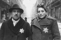 Judíos húngaros identificados con las estrellas amarillas, en el momento de la liberación del ghetto de Budapest.