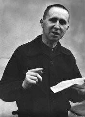 "<p>برتولت برشت، نویسندهی ""اپرای سه پولی"" و شاعر و نمایشنامهنویس مشهور چپ گرا، که در سال ۱۹۳۳ از آلمان مهاجرت کرد. او در تبعید، یکی از سردبیران مجلهی ضد نازی به نام ""Das Wort"" (کلام) بود. لندن، بریتانیای کبیر، ۱۹۳۶.</p>"