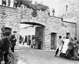 Après la libération du camp de concentration de Mauthausen, des survivants abattent l'aigle nazi au-dessus du portail d'entrée ...