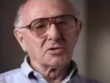 <p>エドワードは、ハンブルクでユダヤ人家族のもとに生まれました。1935年、ニュルンベルク法により、ユダヤ人ではないドイツ人とユダヤ人との結婚や婚外交渉が禁じられました。このとき、エドワードは20歳台半ばでしたが、ユダヤ人以外の女性と付き合っているとして逮捕されました。常習犯とみなされたエドワードは、その後、ベルリン近郊のザクセンハウゼン強制収容所に送られ、建設プロジェクトでの重労働を強いられました。エドワードは収監される直前に結婚し、妻はドイツ国外への移住の準備をしました。1938年9月、釈放されたエドワードはドイツを離れました。アムステルダム(オランダ)の親戚のもとで過ごし、後に米国に移住しました。</p>