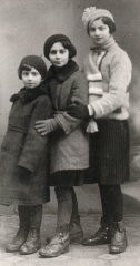 <p>Regina (left) with sisters Krysia and Hania. Poland, ca. 1938.</p>