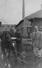 Oskar Schindler (à gauche) dans ses usines d'émail à Zablocie, une banlieue de Cracovie.