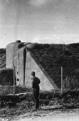 <p>Après la défaite de la France, un soldat allemand examine les fortifications françaises le long de la ligne Maginot, une série de fortifications le long de la frontière avec l'Allemagne. France, 1940.</p>