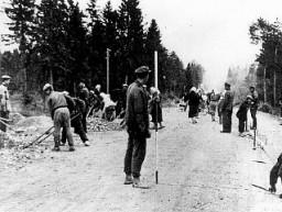 Travailleurs forcés polonais construisant une autoroute en Allemagne.