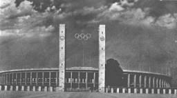 """<p>Vista do Estádio Olímpico, construção principal do conjunto arquitetônico do """"Campo de Esportes do Reich"""", em Berlim. Berlim, Alemanha, 1936.</p>"""