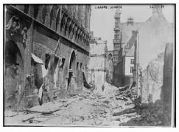 <p>Az I. világháború során elpusztított louvaini könyvtár romjai. Louvain, Belgium, kb. 1914–1915</p>