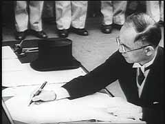 """<p>Sur le théâtre du Pacifique, la Seconde Guerre mondiale prit fin par la capitulation du Japon le 2 septembre 1945. La capitulation fut signée dans la baie de Tokyo, à bord du cuirassé américain """"USS Missouri."""" Le ministre des Affaires étrangères Shigemitsu dirigeait la délégation japonaise. Le général Douglas MacArthur accepta la capitulation pour le compte des Alliés. L'amiral Nimitz signa pour les Etats-Unis et l'amiral Fraser pour la Grande-Bretagne. Des représentants de tous les pays alliés étaient présents à la signature.</p>"""