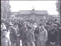 """<p>محتشد اعتقال """"داخاو"""" الذي كان يقع شمال غرب ميونيخ بألمانيا، كان يعد أول محتشد اعتقال نظامي قام النازيون ببنائه في 1933. وبعد مرور ما يقارب أحد عشر عامًا، وفي 29 نيسان/أبريل 1945، قامت القوات المسلحة الأمريكية بتحرير المحتشد. وعند تحرير المحتشد كان يوجد به حوالي 30.000 سجين يتضورون جوعًا. هنا، يقوم جنود الجيش السابع الأمريكي بتوثيق الأوضاع في المحتشد. ويطلبون أيضًا من المدنيين الألمان التجول في المحتشد ومشاهدة الوحشية النازية.</p>"""