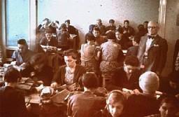 <p>犹太妇女在缝纫车间进行强制劳动。拍摄地点:波兰,罗兹隔都,拍摄时间:1940 年到 1944 年间。</p>