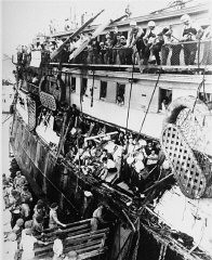"<p>British military personnel (upper deck) aboard the <a href=""/narrative/5265/en""><em>Exodus 1947</em></a> refugee ship, whose Jewish passengers were then forcibly returned to Europe. Haifa, Palestine, July 1947.</p>"