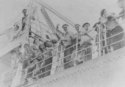"""Jeune réfugiés juifs se rendant en Palestine à partir d'un port italien à bord du """"Patria"""", un bateau de l'Aliyah Beit ..."""