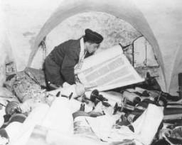 En el edificio del antiguo Instituto Nazi para la Investigación de la Cuestión Judía, un capellán estadounidense examina los ...