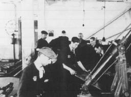 <p>کارگران یهودی در حال بیگاری در کارخانه دباغی چرم. محله یهودی نشین لودز، لهستان، بین سالهای 1941 و 1944.</p>