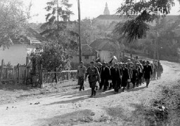 <p>A column of Jewish forced laborers. Sarospatok, Hungary, 1941.</p>