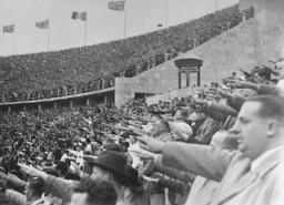 <p>Dans le Stade Olympique, les spectateurs allemands saluent Adolf Hitler lors des 11èmes Jeux Olympiques. Berlin, Allemagne, août 1936.</p>