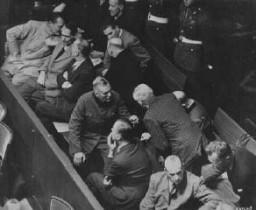 <p>El banquillo de los acusados en el juicio de Núremberg. Sentado en el extremo izquierdo de la primera fila, Hermann Göring. Núremberg, Alemania, 1945-1946.</p>