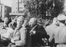 <p>Judíos de Ámsterdam poco antes de ser deportados al campo provisional de Westerbork. Países Bajos, entre mayo y septiembre de 1943.</p>