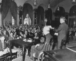 El Congreso Judío Estadounidense mantiene una sesión de emergencia luego de la llegada nazi al poder y la seguida toma de medidas ...
