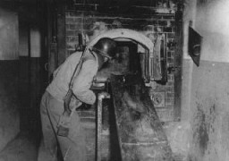 """<p>AUS solider looks at the <a href=""""/narrative/3880/en"""">Mauthausen</a> crematorium during the <a href=""""/narrative/2317/en"""">liberation</a> of the camp. Austria, May 1945.</p>"""