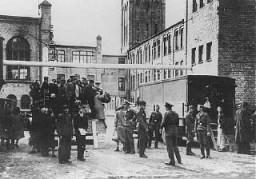 Judíos del ghetto de Riga llegan al lugar donde se les asignará trabajo forzado en el depósito de ropa del campo de la Luftwaffe ...
