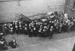 Judíos alemanes, llevando etiquetas de identificación, antes de su deportación a Theresienstadt.