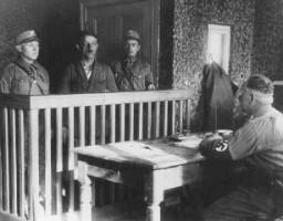 Miembros de las SA interrogan a un prisionero recién llegado al campo de Oranienburg, cerca de Berlín.