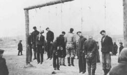 Partisanos polacos ahorcados por los nazis. Rovno, Polonia, 1942.