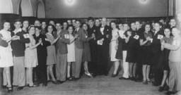 Des cours de danse et d'étiquette étaient donnés à l'Association des Jeunes Juifs de Shanghai (SJYA), une école pour enfants ...