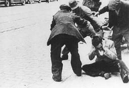 Des civils ukrainiens frappent un Juif au cours d'un pogrom à Lvov.