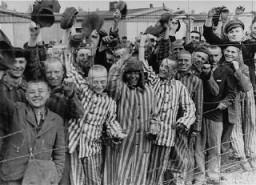 Détenus du camp de Dachau libéré acclamant les troupes américaines.