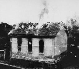 A sinagoga em Oberramstadt (uma cidade ao sudoeste da Alemanha) em chamas durante a Noite dos Cristais.