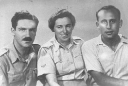 """<p>Zvi Ben-Yaakov (left) and Haviva Reik (center), <a href=""""/narrative/5666/en"""">Jewish parachutists</a> under British command. Their mission was to aid the Jews in Czechoslovakia, where they were caught by the Nazis and executed. Palestine, before September 1944.</p>"""