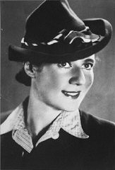 <p>전쟁 발발 전 알라 가트너(Ala Gartner)의 사진. 나중에 그녀는 아우슈비츠 수용소에 수감되었다. 그녀는 수용소 저항군에 가담, 아우슈비츠 제 4화장터 폭파에 사용한 화약을 밀반입한 혐의로 이후에 교수형당하였다. 폴란드, 베드진, 1930년대.</p>
