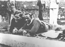 <p></p><p>Os atletas Jesse Owens, dos Estados Unidos (à direita), e Lutz Long, da Alemanha, no estádio Olímpico em Berlim.  Alemanha, 1936.</p>