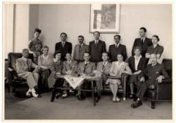 Empleados de la embajada suiza en Budapest. Carl Lutz, vicecónsul suizo en Budapest, Hungría, le dio refugio a Iren, la esposa ...