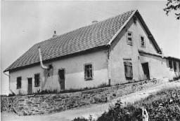 1943 年 8 月,纳茨维勒-斯特鲁托夫集中营的这座建筑中设有一个毒气室,照片在集中营解放后拍摄