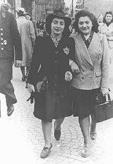 Deux Juives portant l'étoile jaune obligatoire sur leur vêtement.
